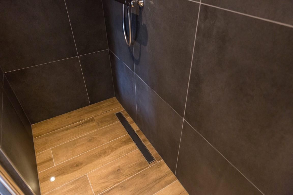 Badkamer Tegels Combineren : Grijze badkamertegels steenbergen tegels